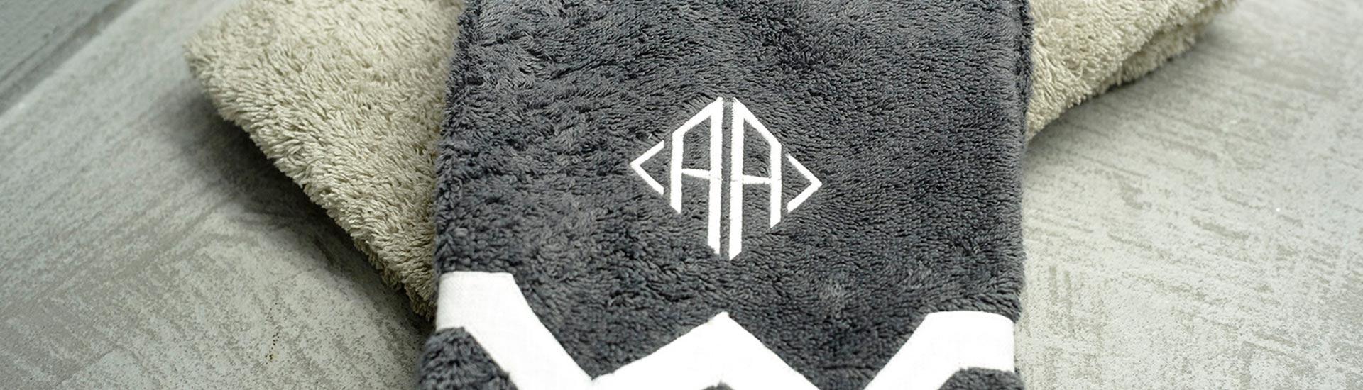 toalla con monograma bordado